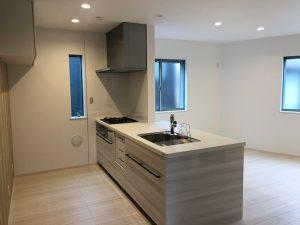 白を基調とした、広々キッチン。収納スペースも充実しています。